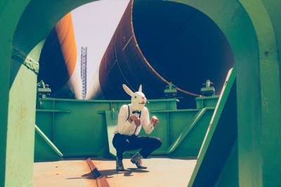 Fotodoos fotoshoot met latex konijnenmasker